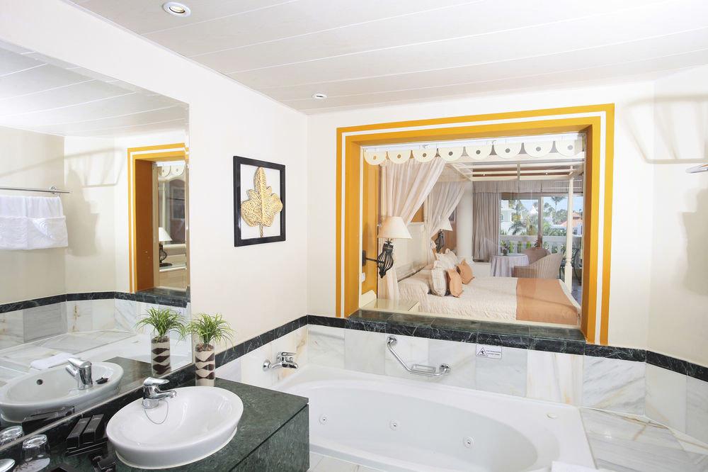 bathroom property mirror sink home condominium Suite living room mansion Villa bathtub