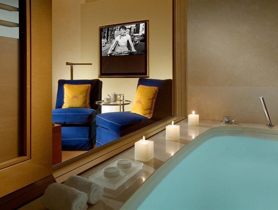 bathroom mirror property sink swimming pool Suite cottage Villa bathtub