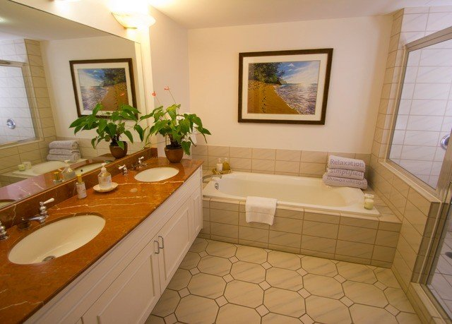 bathroom property sink home Suite cottage Villa condominium tile tub tiled