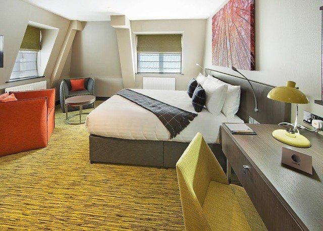 sofa property Suite living room condominium home cottage Villa flooring