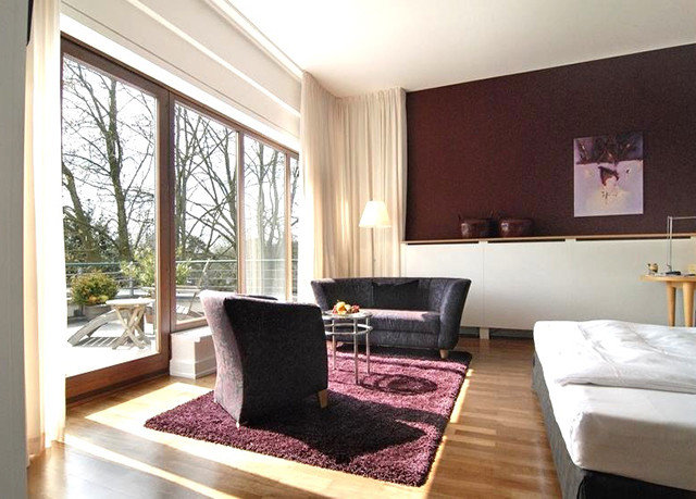 property living room Suite condominium hardwood home cottage Villa