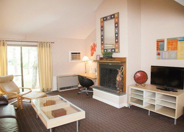property living room home cottage hardwood condominium Villa Suite farmhouse flat