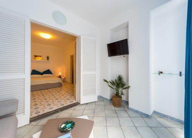 property Suite home condominium Villa cottage living room