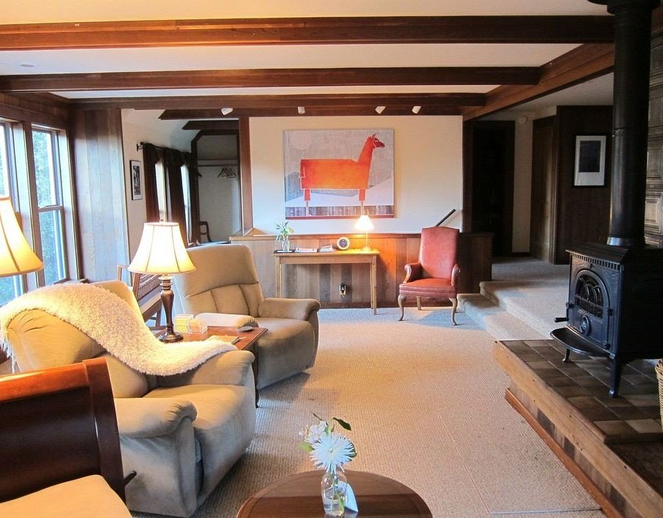 sofa property living room vehicle home cottage Suite Villa condominium recreation room