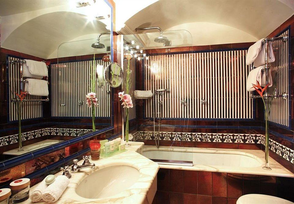 property recreation room home Suite cottage mansion vehicle restaurant Villa
