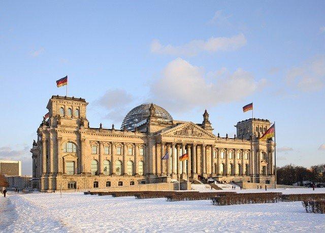 sky building landmark Town Winter palace snow plaza day