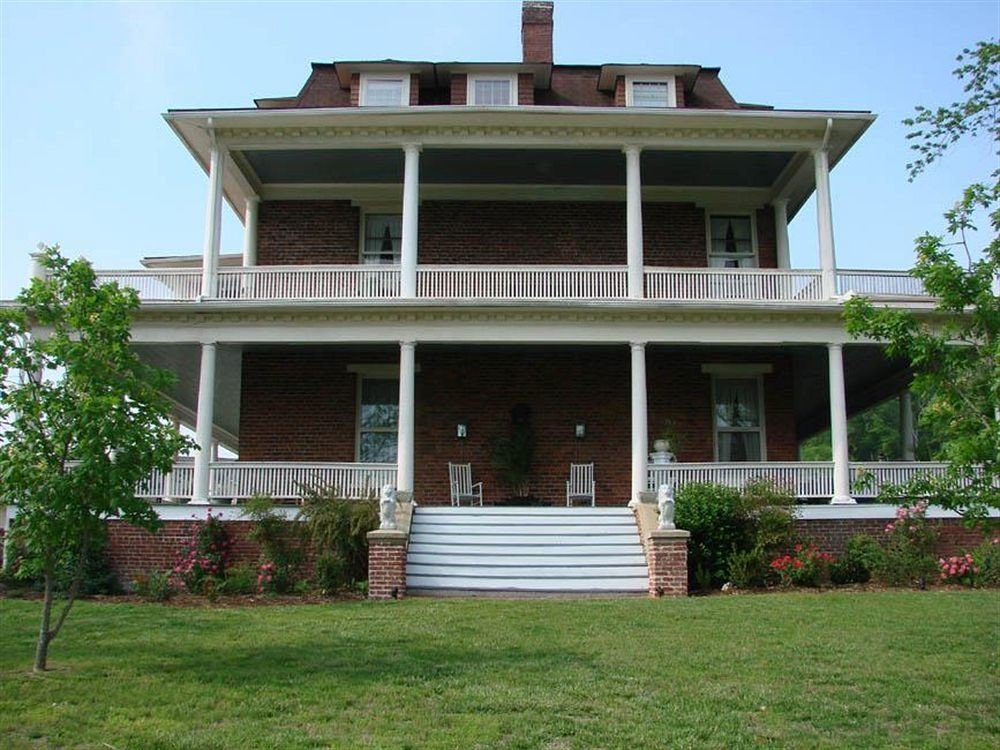 grass building sky tree house property home lawn siding porch historic house Villa residential area mansion cottage farmhouse outdoor structure