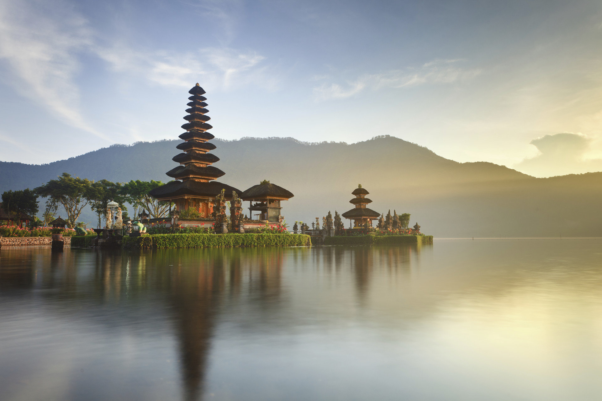 Hotels outdoor water sky reflection atmospheric phenomenon Lake Nature morning evening temple dusk dawn shore