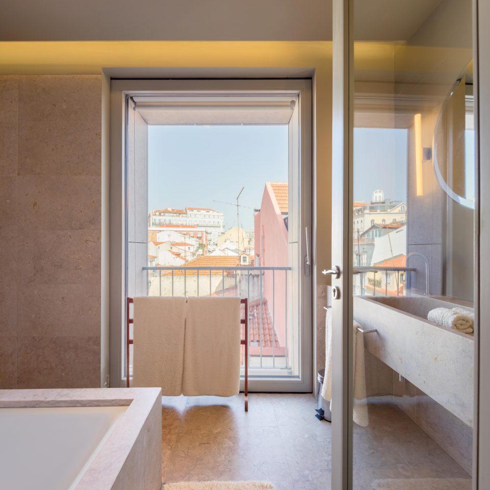 Bathroom with view of Lisbon at Verride Palácio Santa Catarina