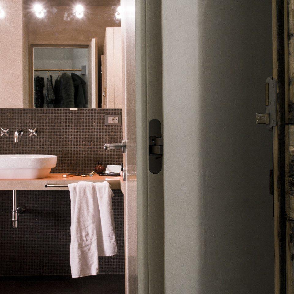 Open bathroom door at Casacau