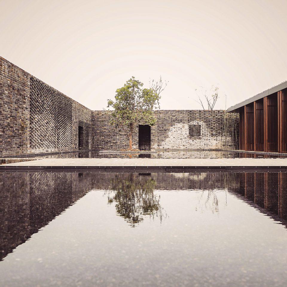 Tsingpu Yangzhou Retreat exterior with sitting body of water