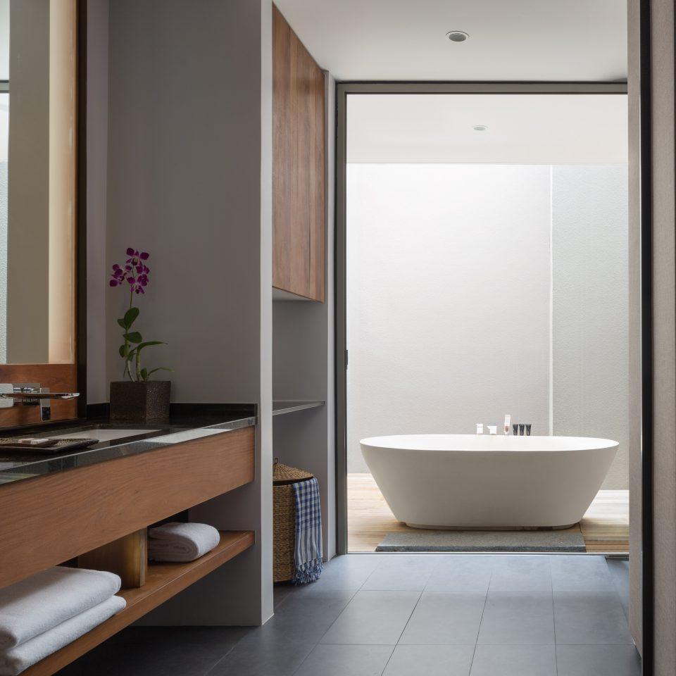 large bathtub and bathroom sink