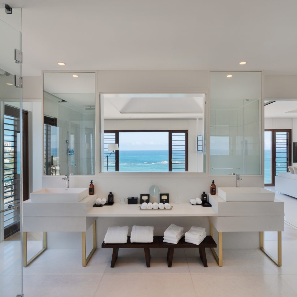 lrge white bathroom in presidential suite