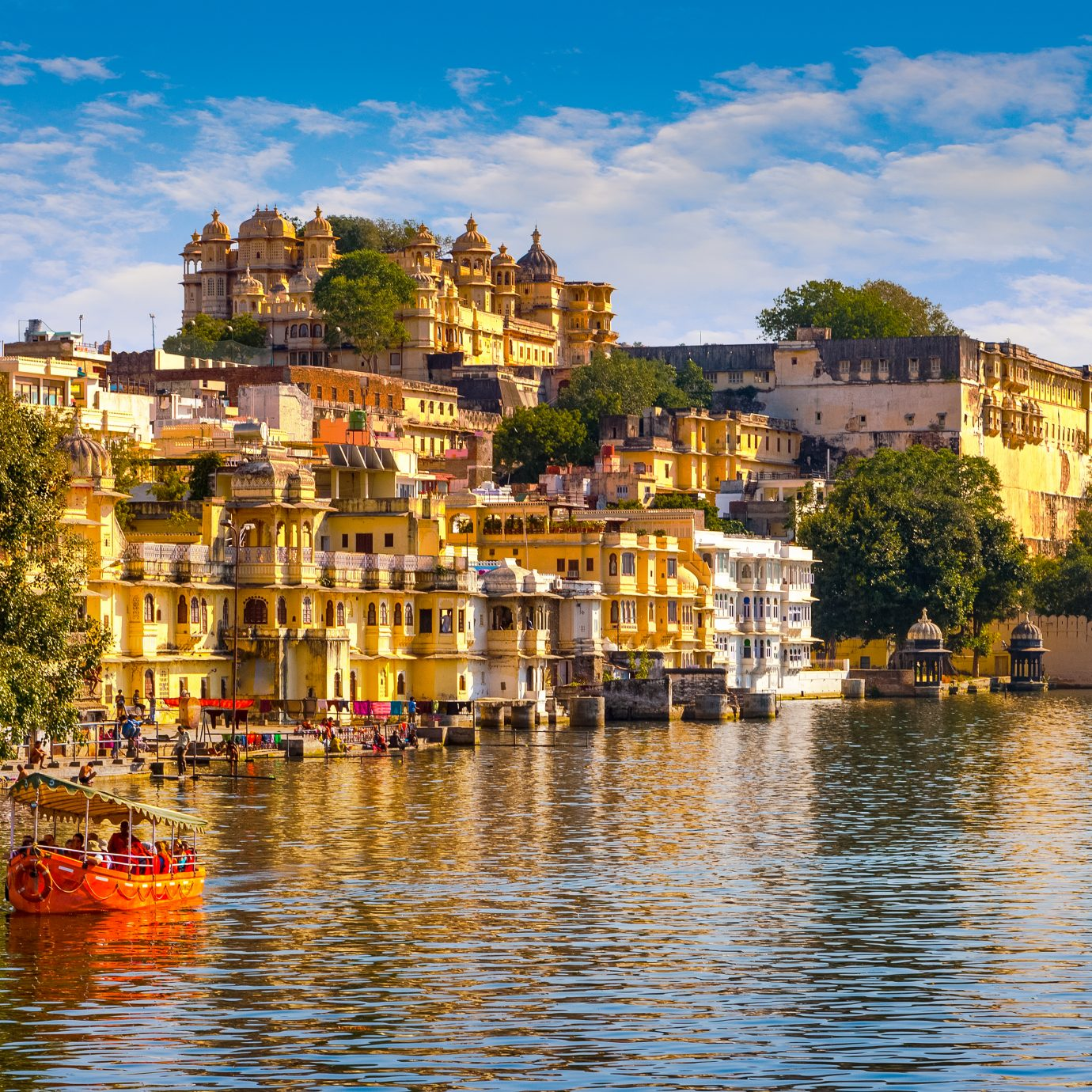 City Palace and Pichola lake in Udaipur, Rajasthan, India, Asia