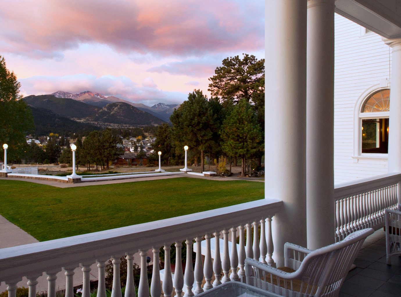 Balcony Historic Hotels Mountains Patio Resort Scenic views outdoor building property house estate home Architecture vacation residential area porch real estate Villa interior design backyard mansion overlooking Deck area colonnade