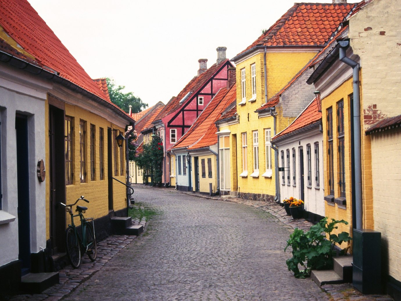 Arts + Culture building outdoor Town house road property neighbourhood street human settlement residential area alley Architecture brick Village facade infrastructure estate old cottage