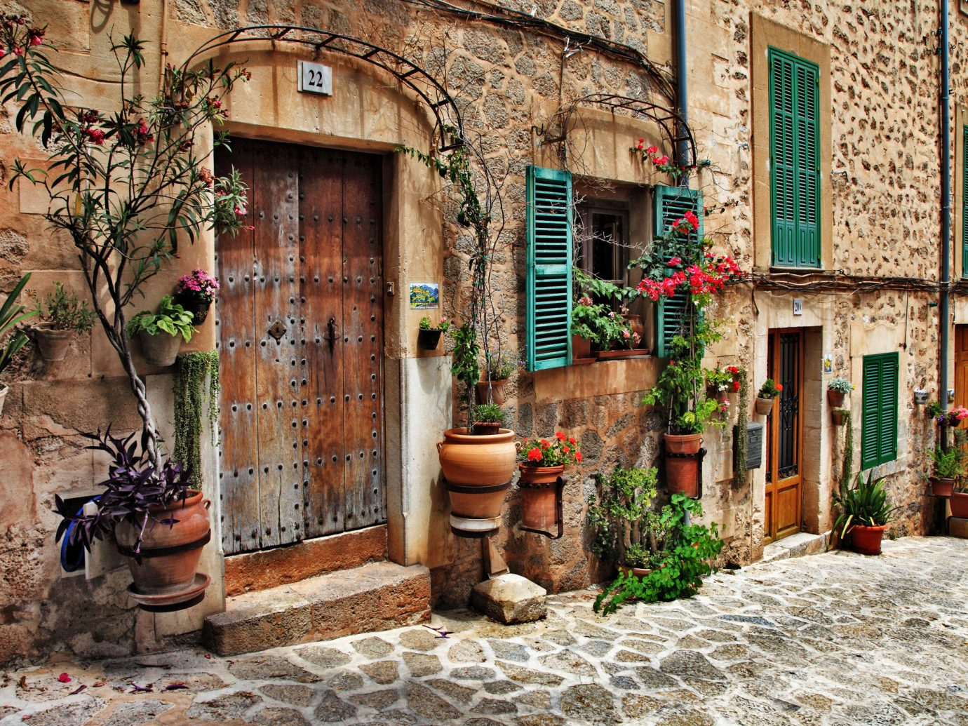 Offbeat building outdoor Town road house neighbourhood alley street wall urban area stone Village Courtyard home estate infrastructure ancient history yard cottage old way sidewalk