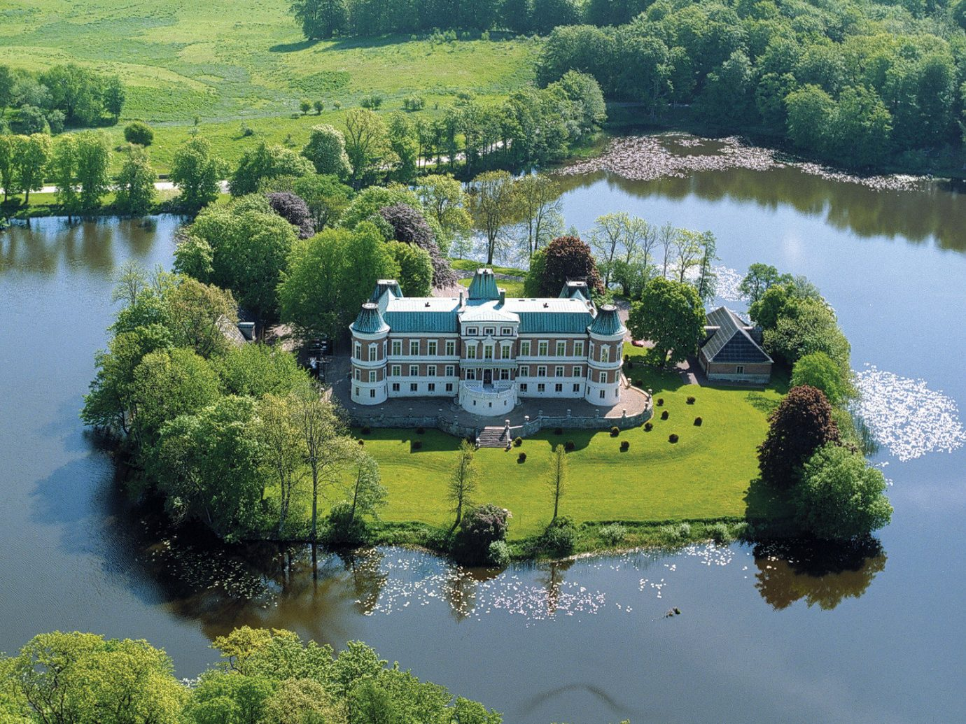 Hotels tree water outdoor aerial photography mountain River reflection Lake reservoir Nature loch vehicle fjord landscape rural area waterway pond wetland surrounded Garden shore lush