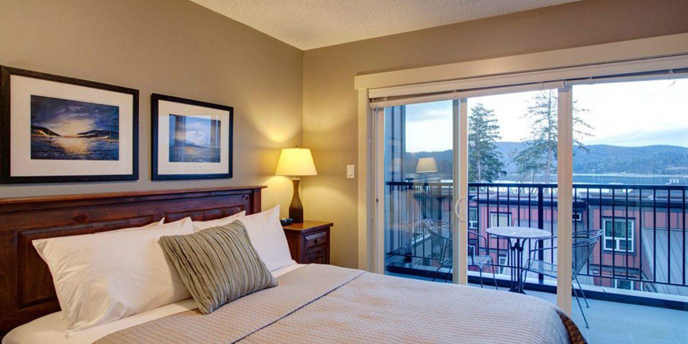 Balcony Bedroom Classic Scenic views property Suite condominium cottage home