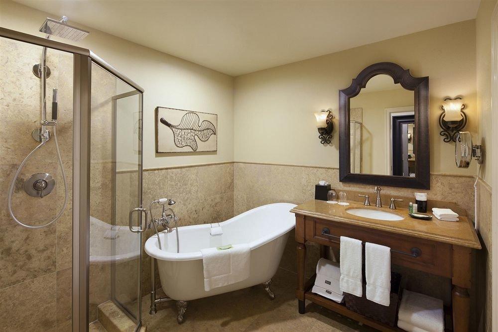 Bath bathroom property mirror sink home toilet cottage Suite plumbing fixture tub bathtub