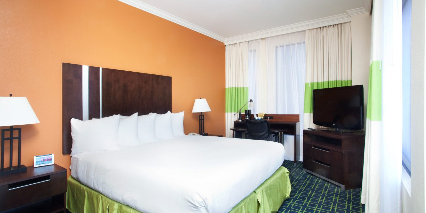 Bedroom Business City Cultural Drink Nightlife green property Suite cottage condominium