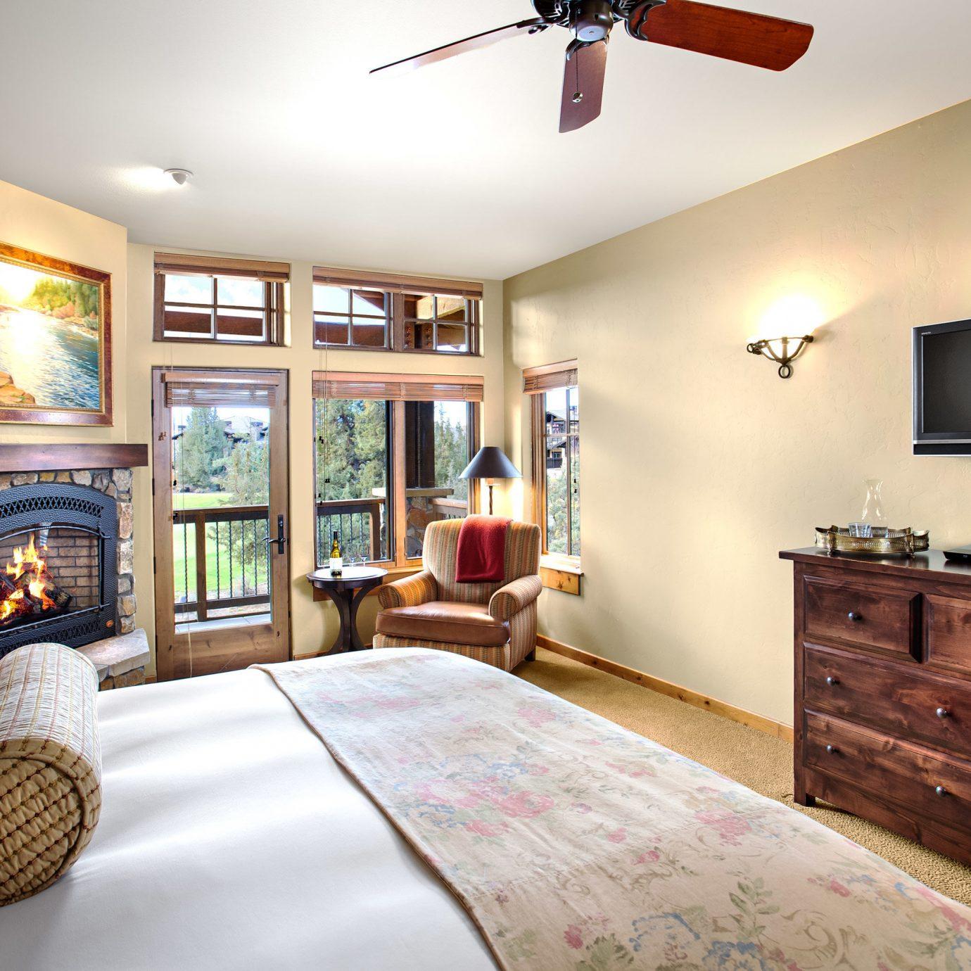 Bedroom Fireplace Resort Scenic views Suite sofa property home living room hardwood cottage flat