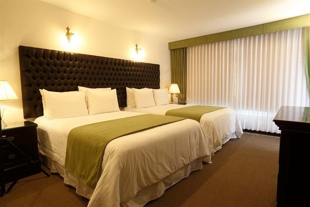 Bedroom property Suite scene Resort cottage Inn lamp