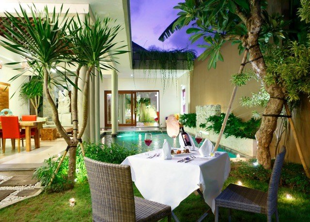 property plant Resort palm tree arecales home Villa hacienda leisure backyard Courtyard swimming pool Patio tree