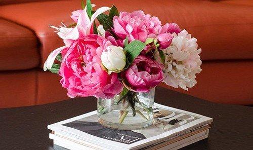Hotels table flower flower arranging plant pink indoor floristry flower bouquet cut flowers centrepiece floral design land plant petal art bouquet flowering plant peony