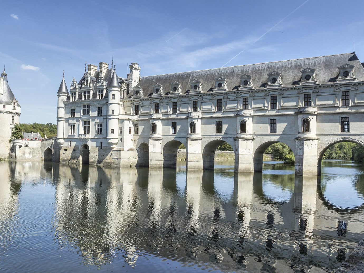 Budget sky outdoor building landmark palace Architecture tourism château reflection plaza tours ancient history town square waterway stone castle day colonnade