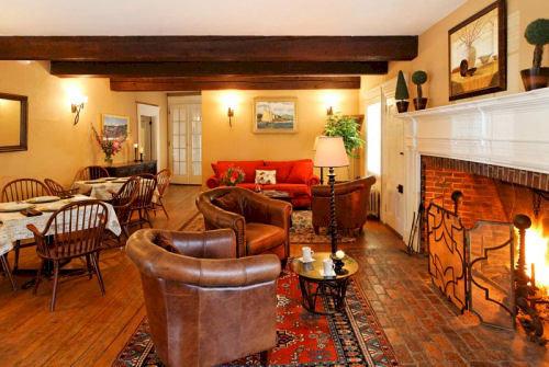 property cottage home hardwood living room Villa Suite farmhouse rug