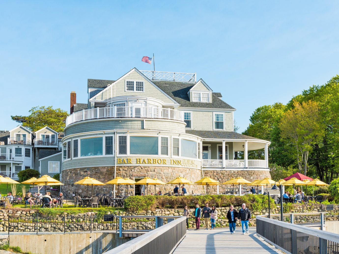 Bar Harbor: Oceanfront resort inn with waterfront restaurant in downtown village in summer