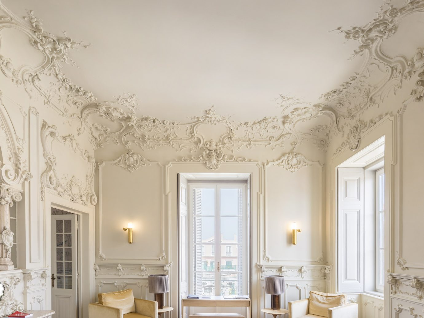 Luxurious white room with wall accents at Verride Palácio Santa Catarina