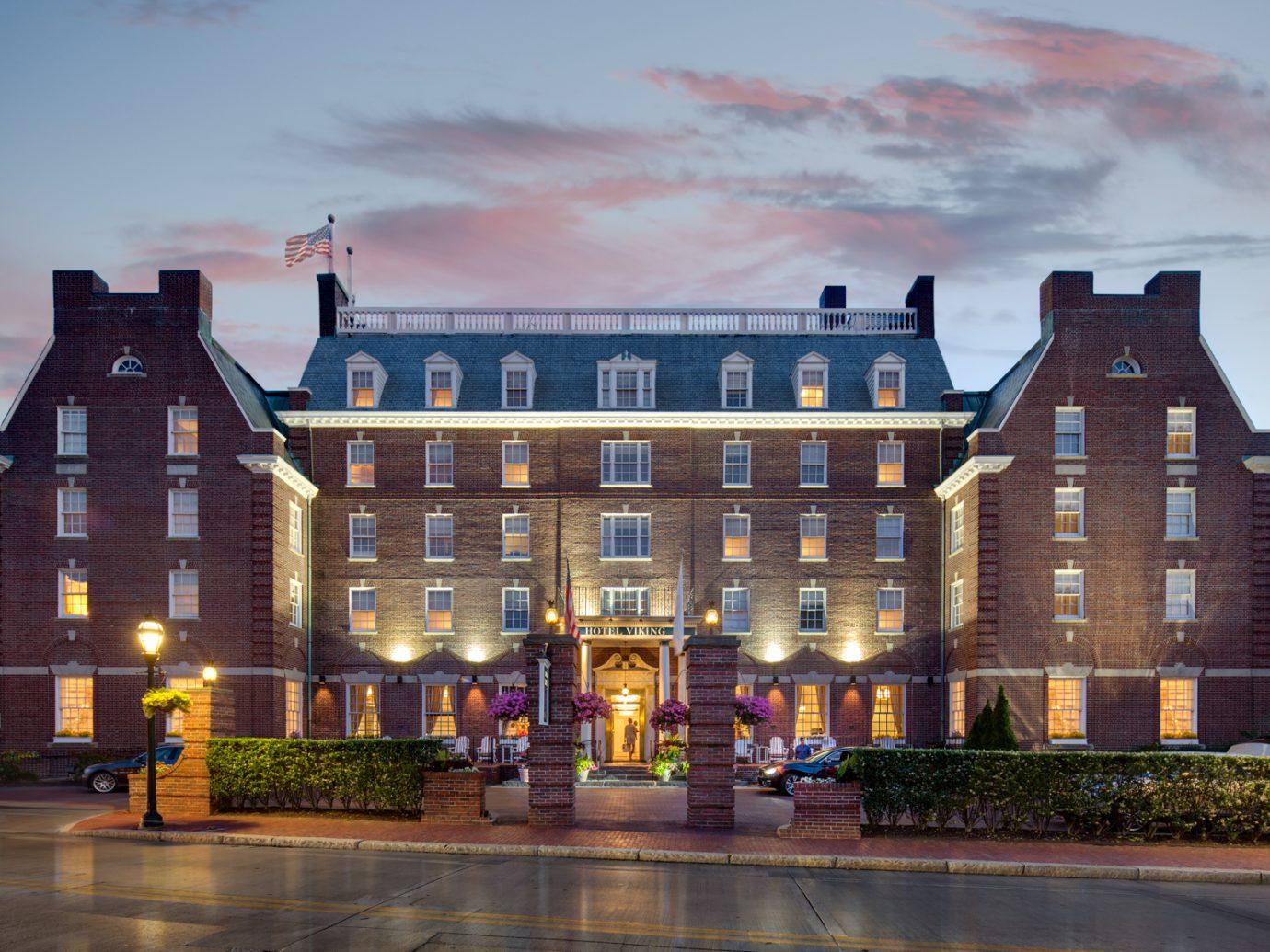 Exterior of Hotel Viking at dusk