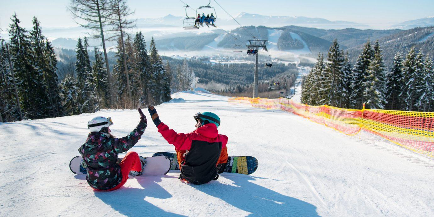2 friends snowboarding together