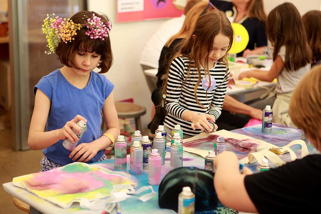 girls creating art