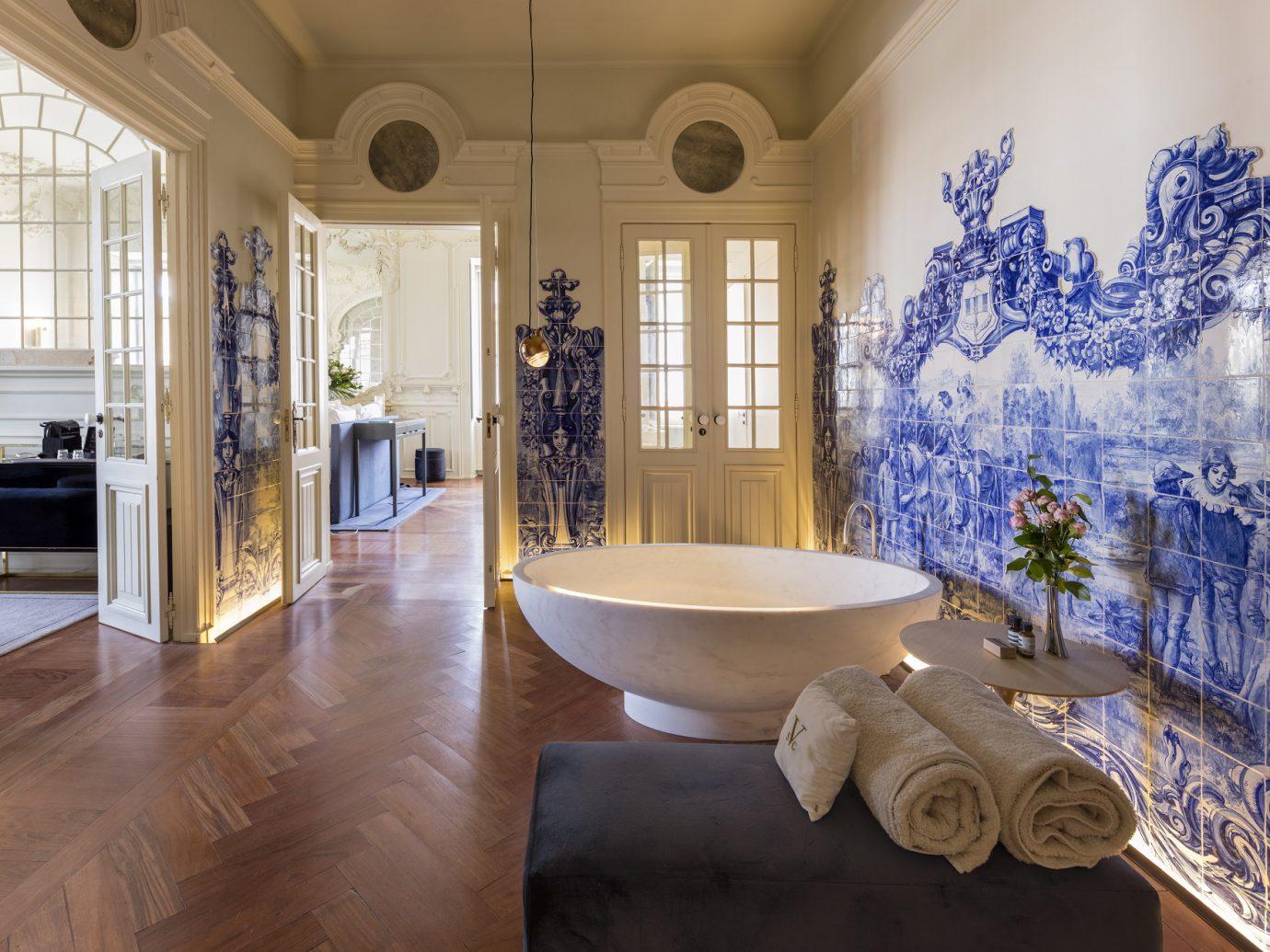 bathtub in a suite at Verride Palácio Santa Catarina